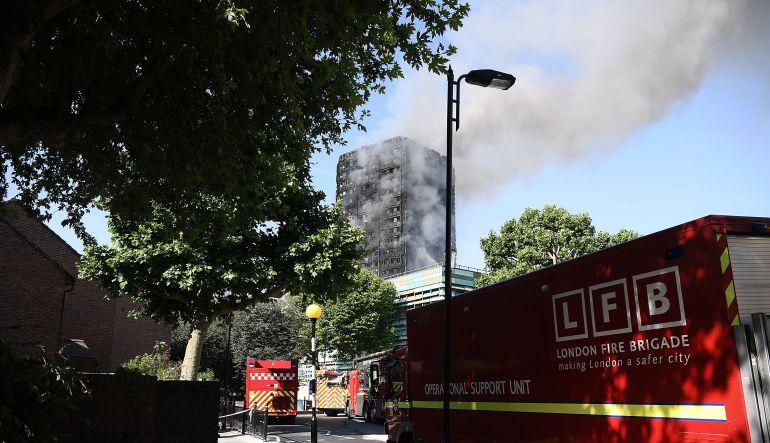 Inglaterra:: Incendio en edificio de Londres deja al menos 6 muertos y 64 heridos