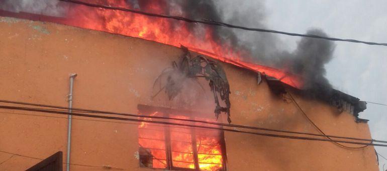 Reportan incendio en tienda de autoservicio en Xochimilco