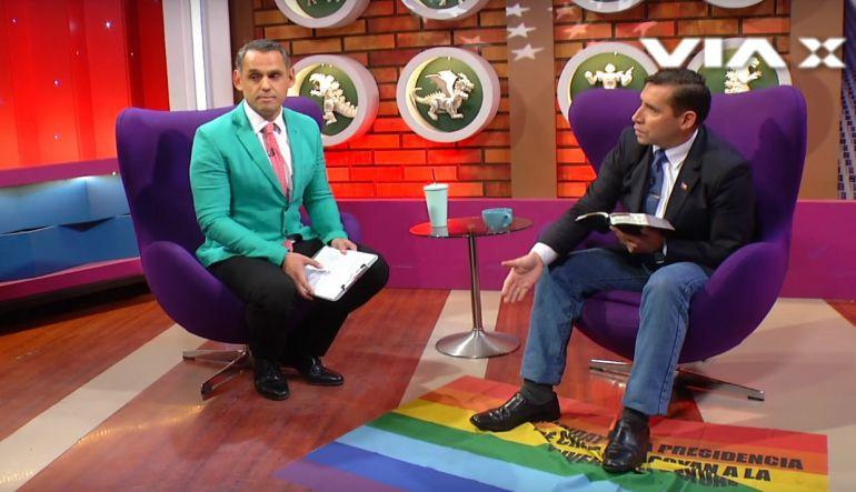 [Video] Pastor evangélico pisa bandera LGBTTTI en programa chileno