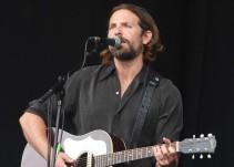 Bradley Cooper se presenta en Glastonbury