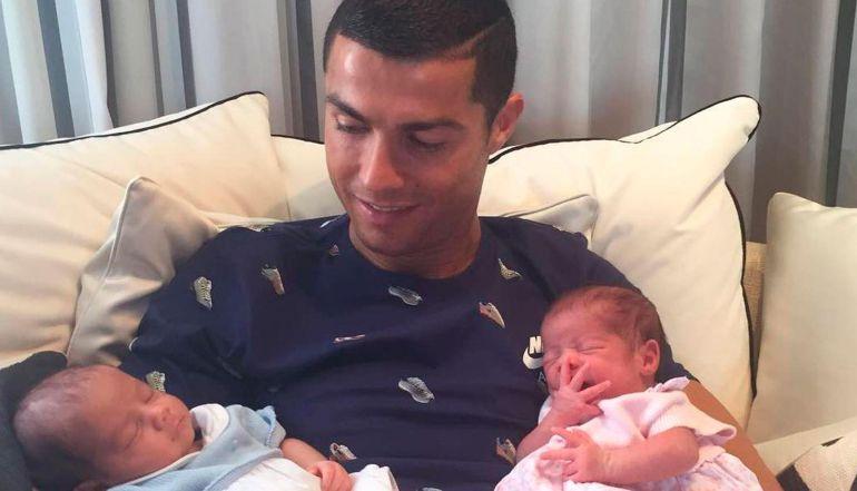Cristiano Ronaldo presenta a sus dos hijos recién nacidos