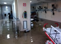 Por inundación trasladan a pacientes del Hospital La Villa