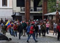 Grupos violentos irrumpen en Parlamento venezolano y hieren a diputados