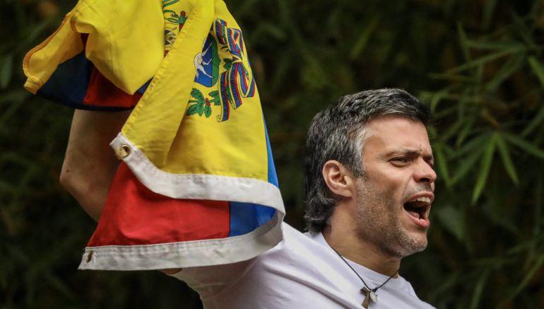 Leopoldo López se asoma con la bandera de Venezuela desde su casa