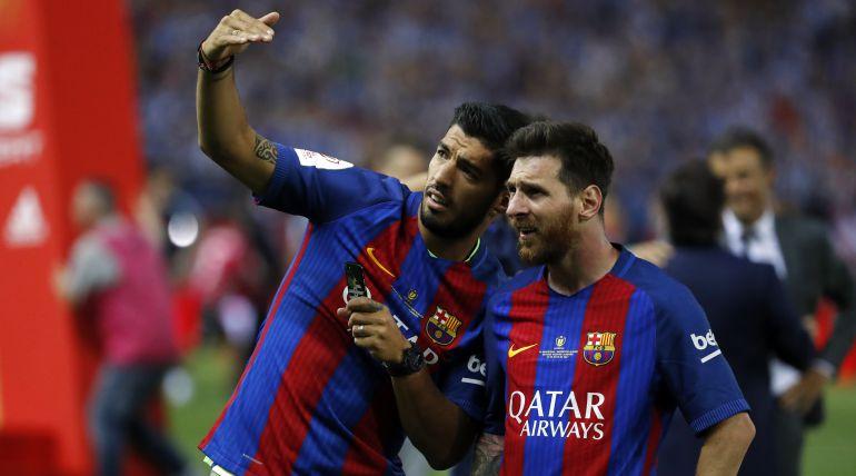 Lionel Messi y Luis Suárez se divierten con un balón en la piscina