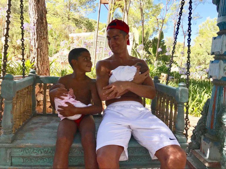 Real Madrid: Cristiano Ronaldo presume foto en Ibiza con su novia y uno de sus mellizos