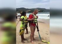 Muere australiano tras lanzarse de paracaídas acuático