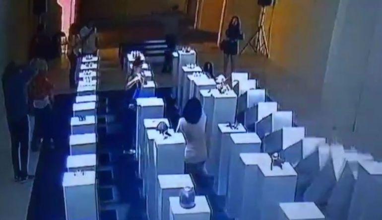Joven destruye exposición de 200 mil dólares por tomarse una selfie