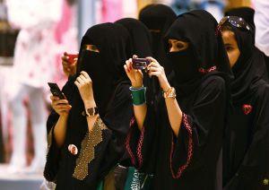 Mujer saudita podría ser detenida por usar falda corta