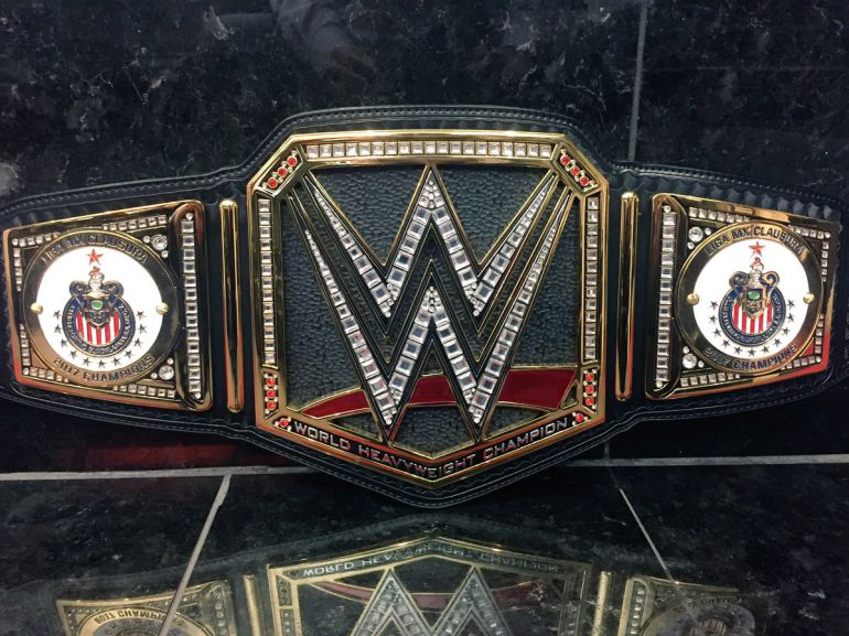 Apertura 2017: La WWE le regala un cinturón a las Chivas