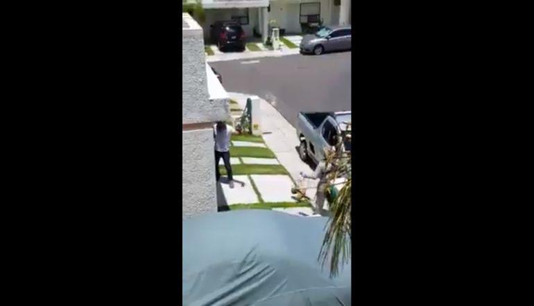 [Video] Jardinero es humillado por un sujeto que lo acusa de cortar 'mal' su césped