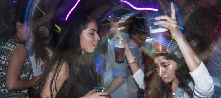 Avalan castigar a quienes vendan alcohol a menores en vía pública