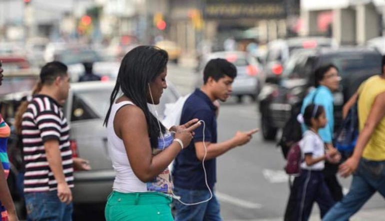 Conoce la ciudad que te prohíbe caminar mientras chateas en tu celular