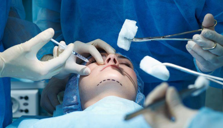 Mujer se somete a operación de rostro para evadir deuda millonaria