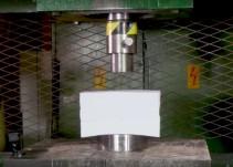 Esto es lo que pasa cuando aplastas 1,500 hojas de papel con una prensa hidráulica