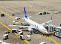 Joven se lanza de avión hacia pista de rodaje en San Francisco