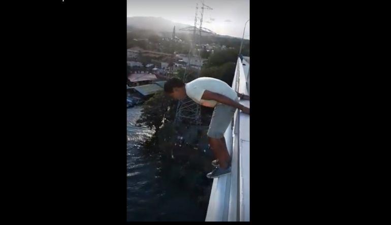 [Video] Adolescente se lanza de un puente y se salva por milagro