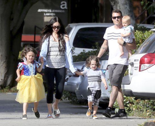 Megan Fox viste a su hijo de princesa y recibe críticas al respecto