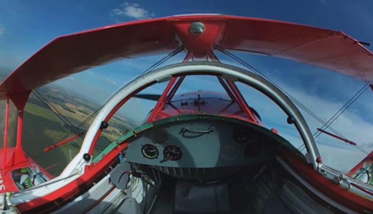Este paseo virtual en 360 grados a bordo de un avión acrobático es lo más parecido a volar