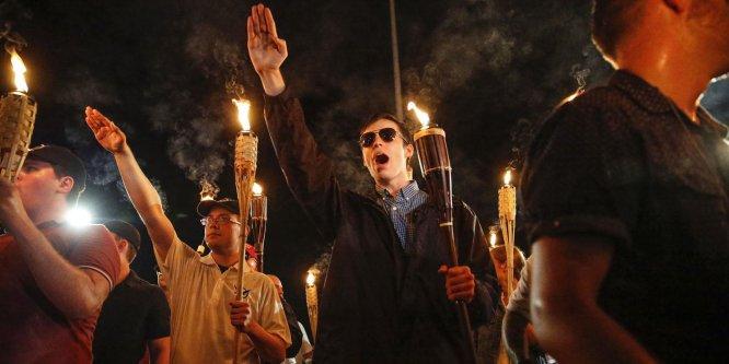 Con antorcha en mano, cientos de personas aclamaron la supremacía racial.