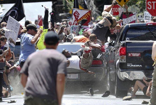 Un joven de 20 años embistió con su automóvil a un grupo de personas que se oponían a la marcha supremacista. El saldo fue de tres muertos y al menos 19 heridos.