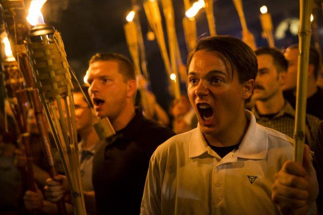 Blancos supremacistas en el campus de la Univesidad de Virginia.