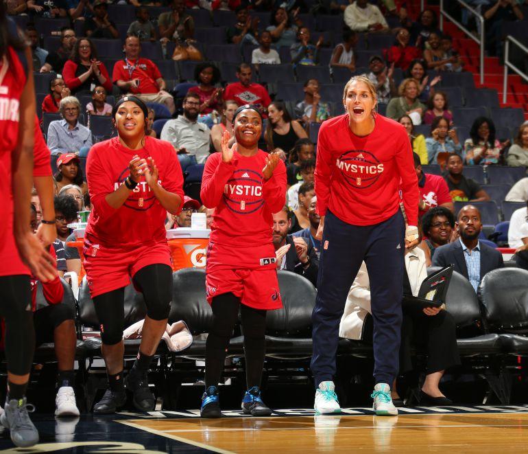 WNBA: Basquetbolistas se retan a baile durante el retraso de un partido
