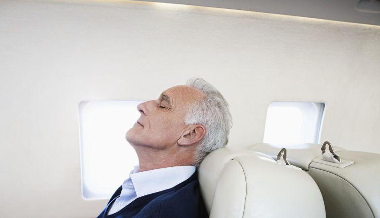 Hombre se duerme en el avión y despierta en el país equivocado