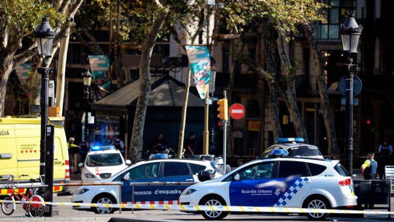 Ataque terrorista en La Rambla en Barcelona. La policía acordonó y avacúa la zona