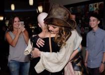 Johnny Depp visitó a niños de un hospital vestido de Jack Sparrow