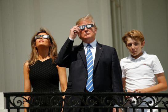 Donald Trump observa el eclipse solar sin protección