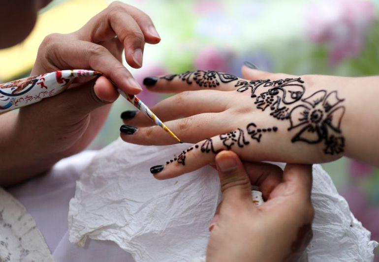 Niña de 7 años sufre quemaduras tras hacerse un tatuaje de henna