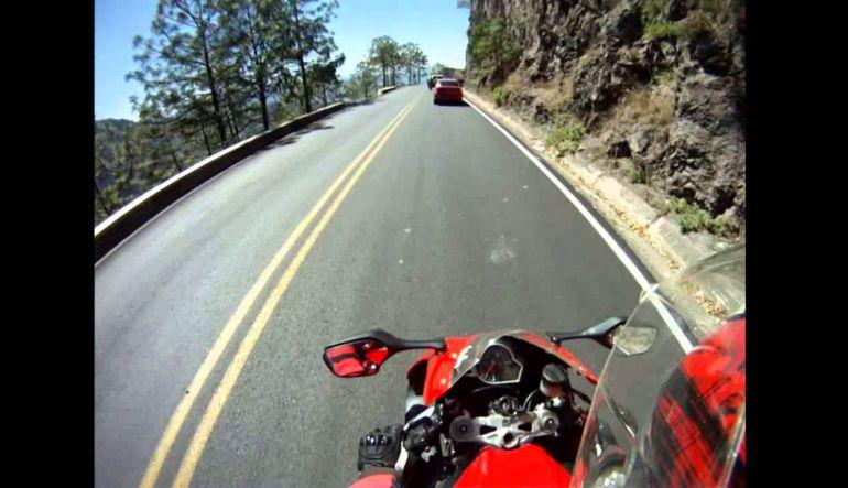 Motociclista se salva de ser arrollado dos veces