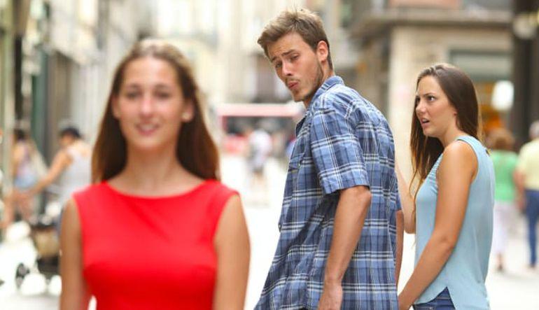 """Esta es la historia detrás del meme del """"novio distraído"""""""