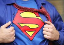 Fan de Superman se realiza operaciones para parecerse a su ídolo