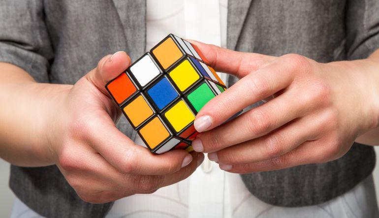 [Video] Adolescente resuelve el Cubo de Rubik en 4 segundos y bate nuevo récord