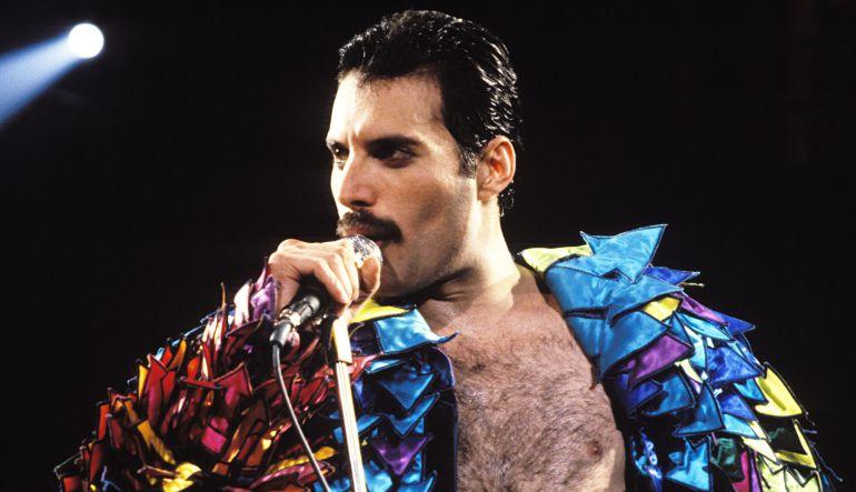 Revelan primera imagen de Rami Malek como Freddie Mercury