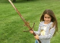 Niña encuentra la espada de Excálibur
