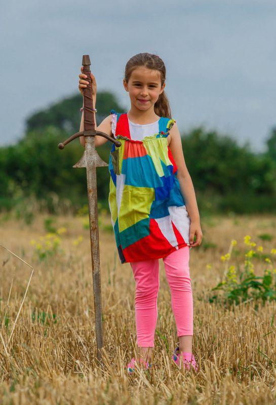 Excálibur, niña, espada: Niña encuentra la espada de Excálibur