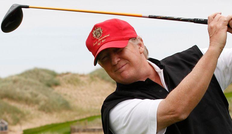Donald Trump golpeó a Hillary Clinton jugando golf