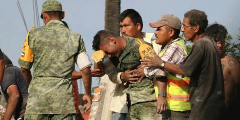Sismo en México: Soldado llorando se hace viral durante rescate de cuerpos
