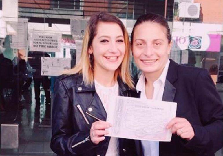 Argentina homofobia: Detienen a mujer por besar a su esposa en metro argentino