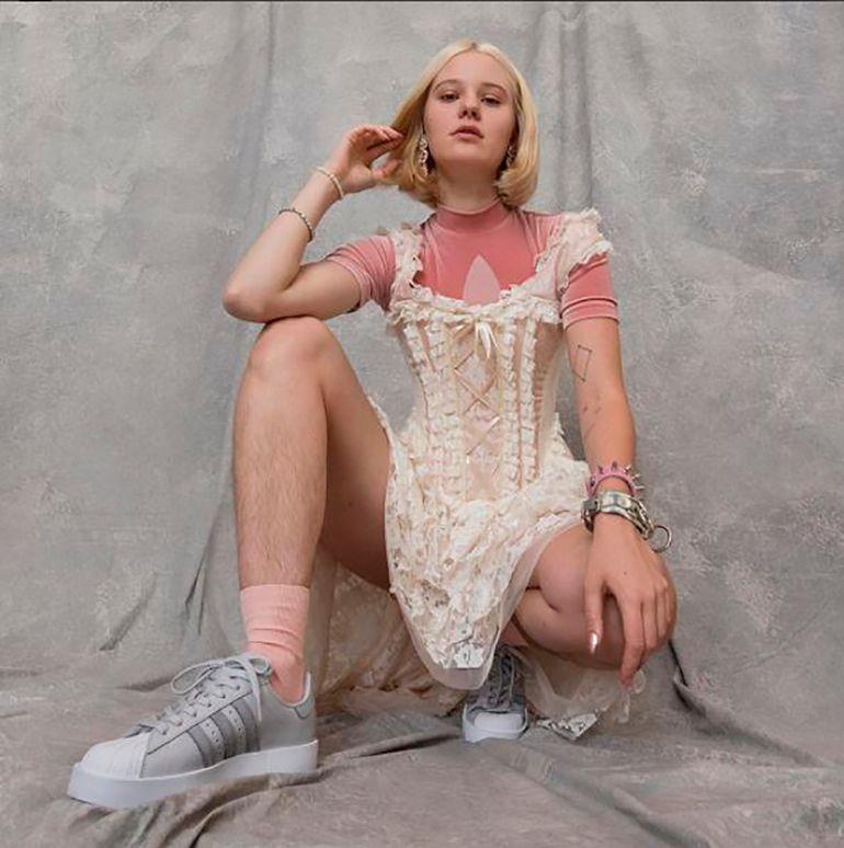 Adidas: Modelo recibe amenazas por mostrar sus piernas sin depilar