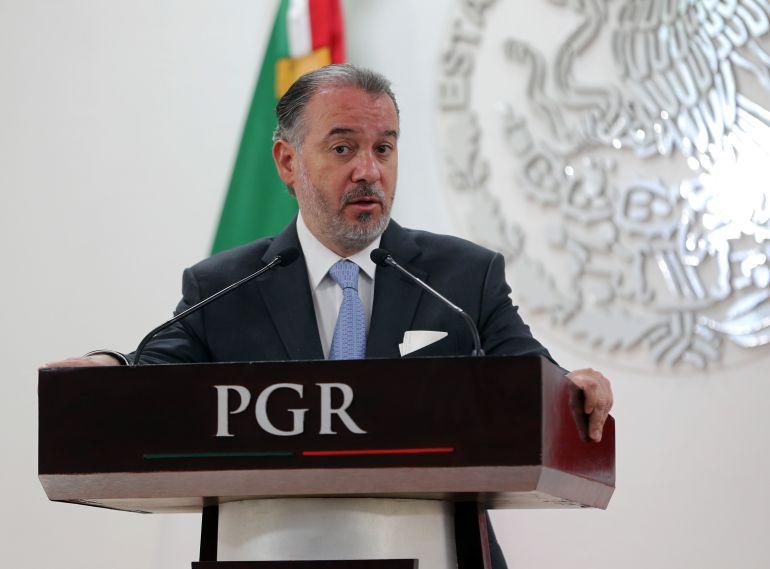 renuncia, Rául Cervantes, PGR: Raúl Cervantes se hace a un lado por Fiscalía General y renuncia a la PGR