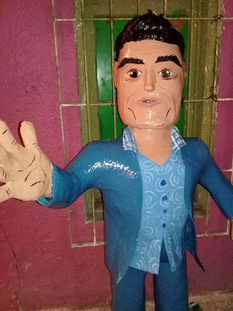 Eduardo Yáñez: Crean piñata de Eduardo Yánez dando cachetadón