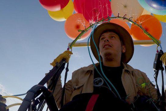"""Up, Pixar: Hombre se inspira en """"Up"""" y logra volar con 100 globos"""
