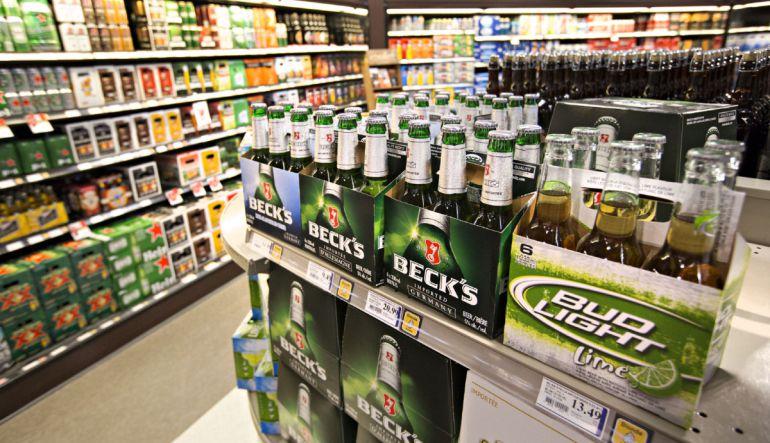 Cerveza: [Video] Hombre queda atrapado en refrigerador y se toma todas las cervezas