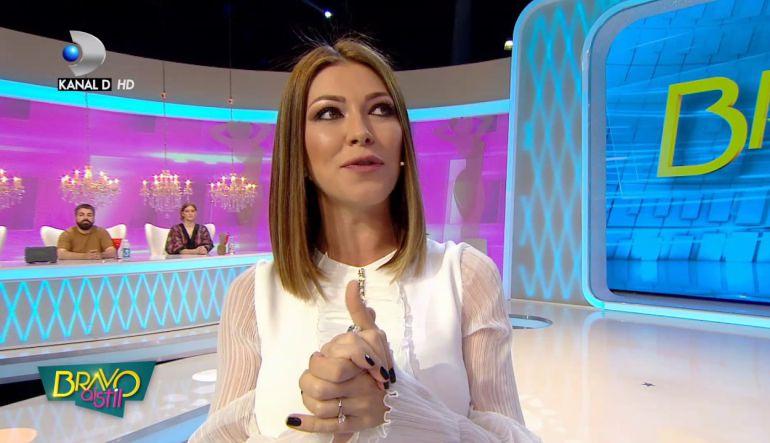 [Video] Así reaccionó una presentadora de TV al sentir una araña bajo su vestido