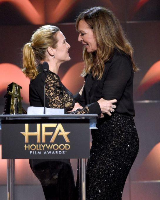 Kate Winslet: Kate Winslet besa a otra actriz en los Hollywood Film Awards
