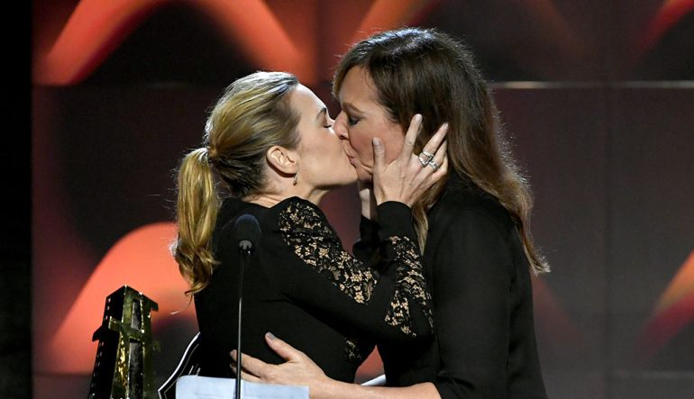 Kate Winslet: Kate Winslet besa a otra actriz en los Hollywood Film Awards